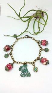 Bracciale con farfalla in bronzo e perle con fiori secchi in resina, regalo per amica