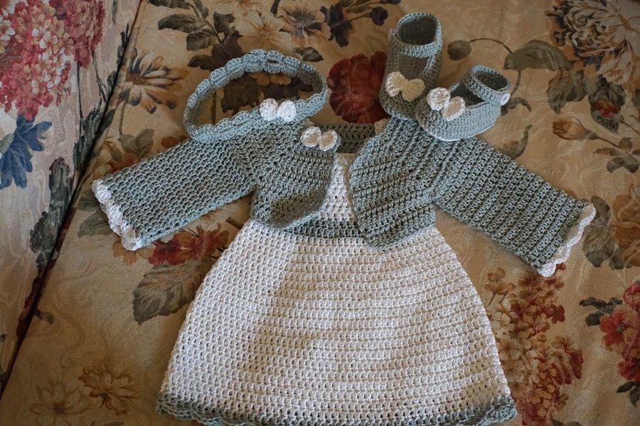 Completo vestito, coprispalle, fascia e scarpette. Cotone bianco e grigio