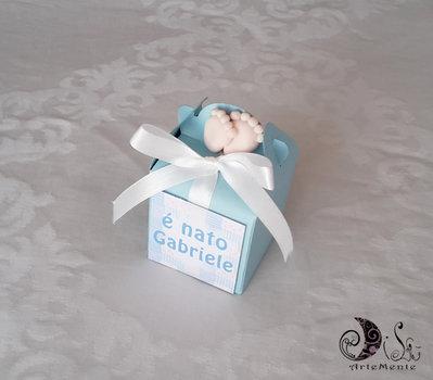 bomboniera portaconfetti box con piedini in celeste per bimbo e tag personalizzata.