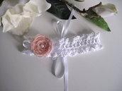 Fascetta per capelli bianca/fiore rosa tenue neonata battesimo cerimonia nascita all'uncinetto
