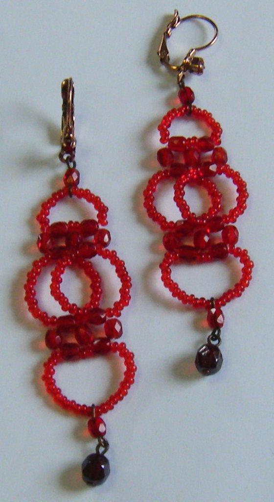 orecchini pendenti con conteria e mezzo cristallo, colore rosso, fatti a mano