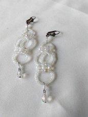orecchini pendenti con conteria e mezzo cristallo, fatti a mano
