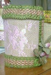 Barattolo in vetro decorato con juta pizzo rosa passamaneria e fiorellini stoffa