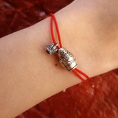 Bracciale di corda con pendente charm in argento Matrioska, fatto a mano