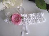Fascetta per capelli bianca fiore rosa all'uncinetto