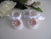 Scarpine neonata bianche/fiore rosa antico uncinetto