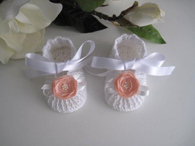 Scarpine bianche/fiore pesca neonata uncinetto