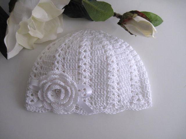 Cappellino bianco neonata all'uncinetto