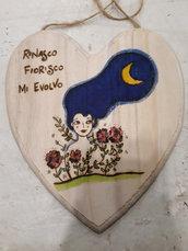 Cuore in legno inciso e dipinto
