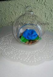 bomboniera sfera di vetro con rosa blu in pasta polimerica