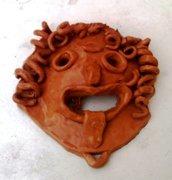 Scultura di mascherone di ceramica, manufatto di creta rossa smaltata unica, decoro elementi in rilievo