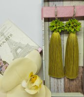 Orecchini fatti a mano con nappa e fiorellini di pasta fimo
