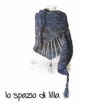 Scialle triangolare asimmetrico lavorato ai ferri con nappine ai tre angoli SABRINA, filatura di crosa, donna, ragazza, moda inverno