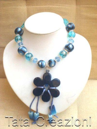 Collana blu con ciondolo fiore