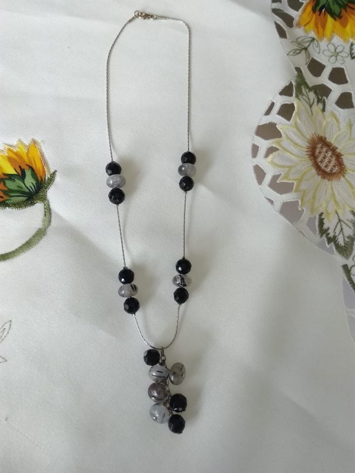 collana girocollo con catena , pietre dure e mezzo cristallo