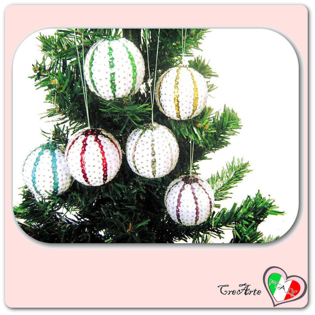 Palline di Natale decorate con paillettes bianche e colorate