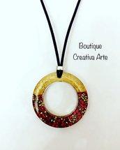 Collana in resina cerchio dorato con perline