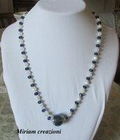 Collana con cipollotti bianchi e blu con perla centrale