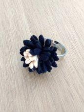 Anello regolabile argentato con fiore blu e rosa