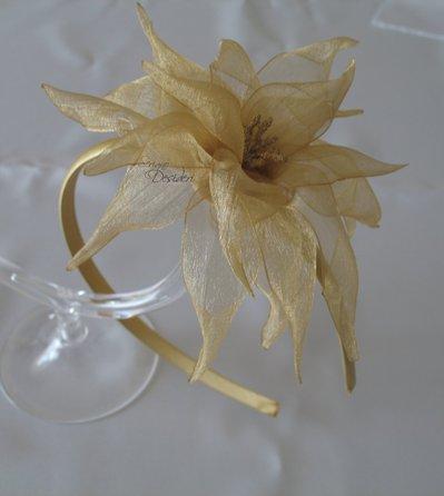 Cerchietto fascinator color oro con fiore kanzashi in organza