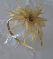 Cerchietto fascinator color oro con fiore kanzashi in organza