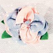 Spilla floreale in feltro e perline di vetro