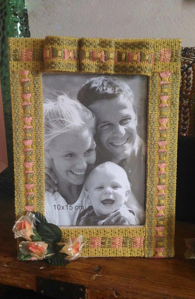Cornice porta foto con base in legno e decorazione con passamaneria e fiori in stoffa