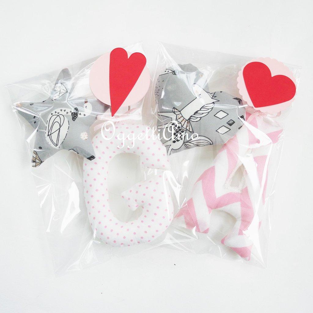 Set di 2 portachiavi con lettere imbottite per le iniziali, un cuore o stella ed un fiocco: due accessori personalizzabili ed originali come idea regalo per natale, compleanno o san valentino.