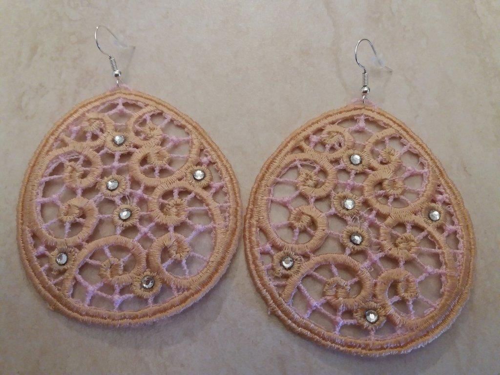 Orecchini con disegni geometrici circolari