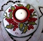 Porta candela rotonda di ceramica, manufatto dipinto con foglie verdi e palline di vischio rosso