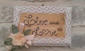 Targa legno e pizzo con scritta in rilievo