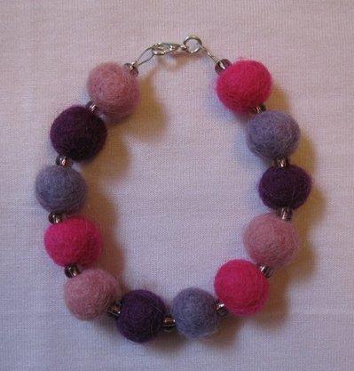 Bracciale con perle in feltro rosa e viola