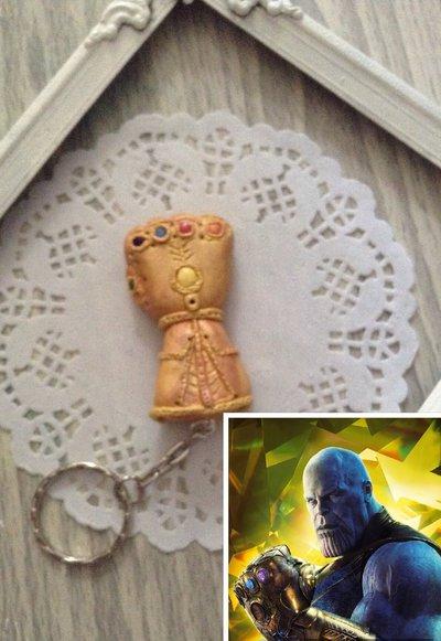 Portachiavi guanto Thanos Avanger super eroi in fimo