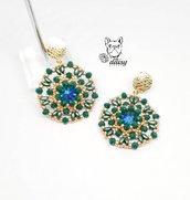 orecchini verde e oro in tessitura di perline e cristalli con perno in lega di zinco