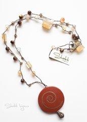 collana crochet con pietre di agata e occhio di tigre e pendente in legno decoro oro