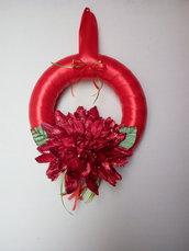 Ghirlanda natalizia rossa con fiore