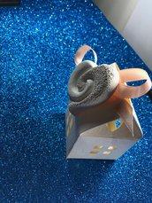 Bomboniera cuore in gesso ceramico su casetta porta confetti