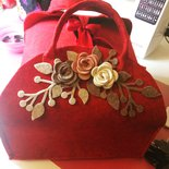 Porta torte rosso e decorazioni applicate