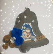 Campana grigia natalizia con rose blu. Fuori porta di natale con rose e natività Idea regalo natale