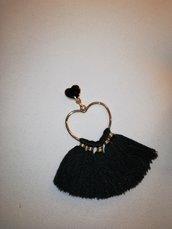 Orecchini dorati a cuore con nappe nere