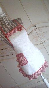 Grembiule in spugna bianca con fantasia in rosso,  modello intero corto