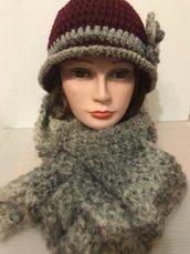 cappello cloche bordeaux con sciarpa beige