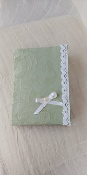 Preziosa agenda giornaliera del nuovo anno interamente foderata con tessuto damascato di colore verde decorata con merletto e fiocchetto e cuoricino