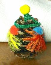 Pigna albero di Natale decorato con grandi pompons colorati