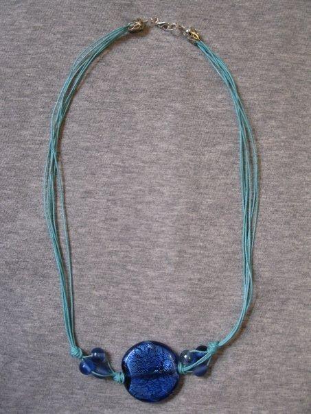 Collana con cordino urchese e perla in vetro blu