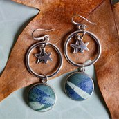 Orecchini pendenti con cerchio in ottone e bottone in tessuto fantasia verde e blu