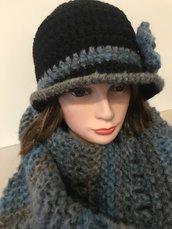cappello cloche nero con sciarpa sfumata azzurra