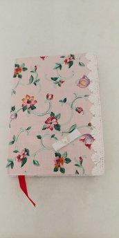 Mini diario personale foderato in tessuto fantasia con merletto laterale e un fiocchetto con al centro un cuoricino.