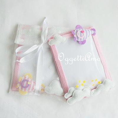 2 cornici in feltro per ricordare il battesimo della vostra bambina: una calamita fatta a mano e personalizzabile per voi con decorazioni 'Aeroplani tra le nuvole'!