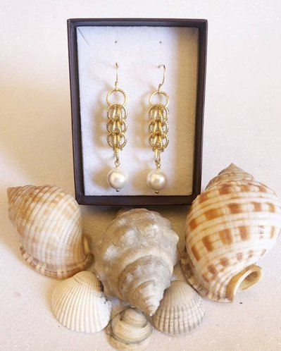 Orecchini Pendenti Color Oro in Alluminio con Maglia Persiana e Perla di Maiorca
